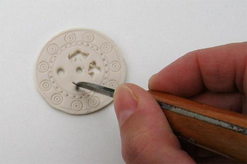 Mittelalterspielzeug: durchbrochener Spielstein: Arbeitsfoto