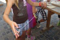 Mittelalterspielzeug: Schnurrer, hier aus Haselstöckchen