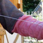 Mittelalterspielzeug: Schnurrer mit Fingerschutz aus Lederstreifen