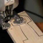 Mittelalterspielzeug: Holzschwert aussägen
