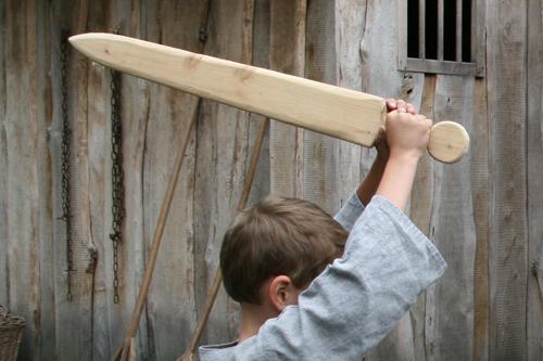Mittelalterspielzeug: Holzschwert im Einsatz