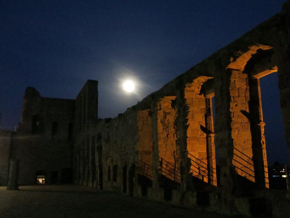 Rittersaal der Burg Nideggen im Mondlicht