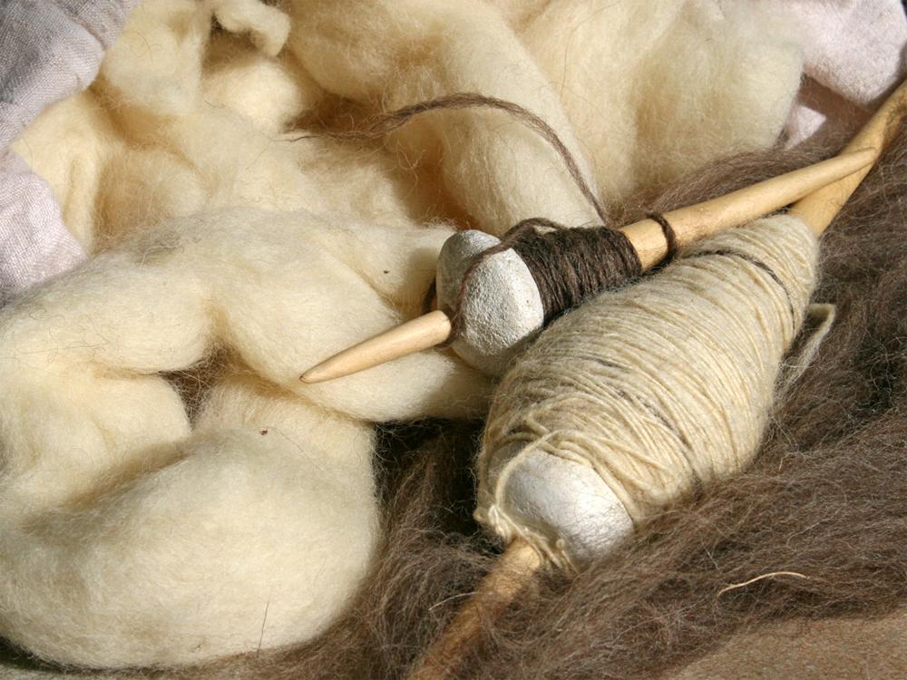 Flechten, Färben, Schnitzen: Spindeln und Schafwolle